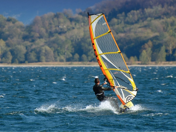 windsurf a Suviana Beach